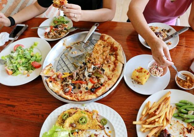 Gros-repas-entre-amis-pizza-tacos-etc